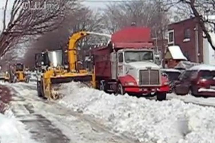 Cum se curăță zăpadă pe o stradă din Canada - VIDEO