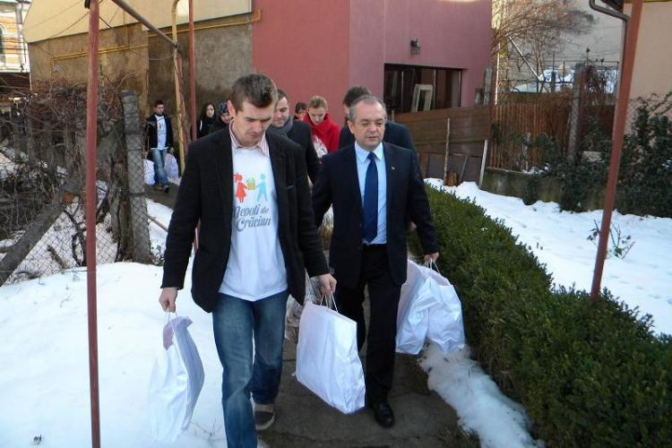 """Emil Boc a împărțit cadourile adunate prin campania """"Nepoți de Crăciun"""" - FOTO - VIDEO"""