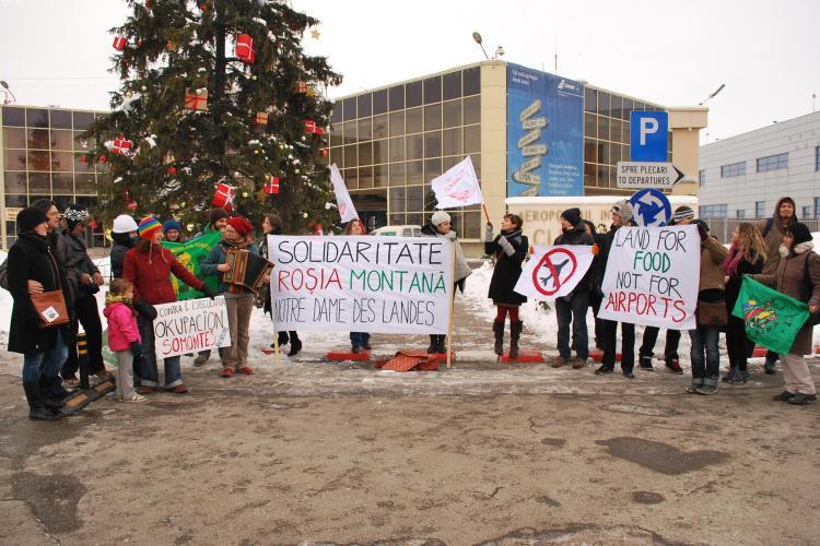 """Protest la Aeroportul Cluj pentru fermierii din Franța: """"Pământ pentru mâncare, nu pentru aeroporturi!"""" - FOTO"""