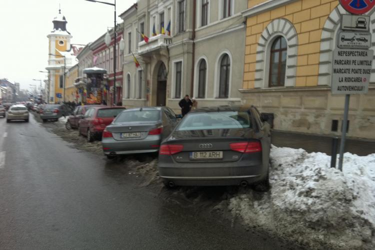 Așa parchează pe Eroilor consilierul local Florian Ovidiu - FOTO