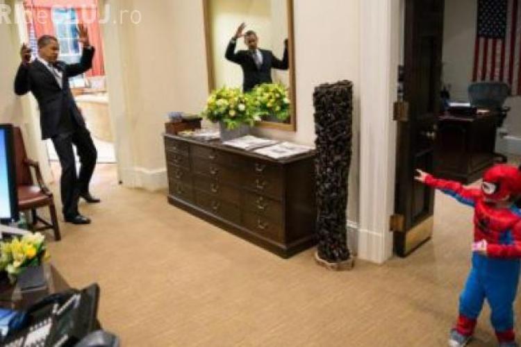 Fotografie UNICĂ în care Obama este prins în plasa lui Spiderman