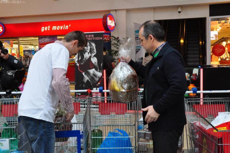 """Emil Boc a dăruit alimente în cadrul campaniei umanitare """"Nepoți de Crăciun"""" - FOTO"""