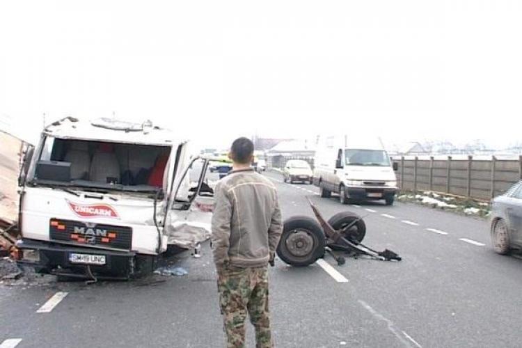 Accident la Dej! Un camion Unicarm s-a făcut ȚĂNDĂRI și marfa e pe drum - FOTO