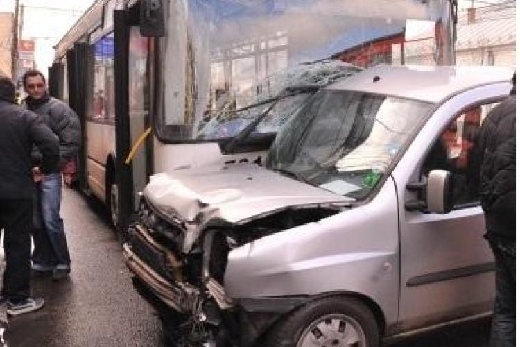 Accident pe 21 Decembrie 1989! O mașină a ajuns într-un troleibuz