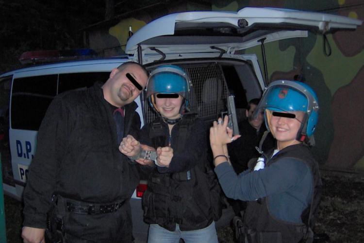Noi imagini cu mascații de la DIAS Cluj: distracție în poligon cu alcool, pistoale și cuțite. Ce s-a făcut în acest caz?