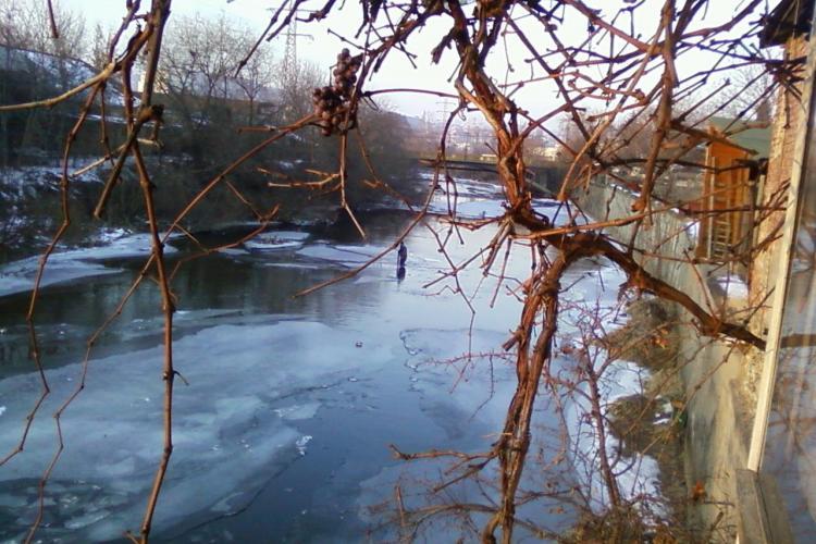 Eroi sau inconștienți! Doi clujeni sparg gheața de pe Someș la minus 7 grade Celsius - VIDEO