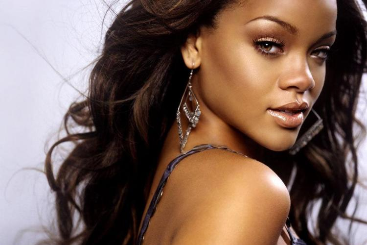 Rihanna GOALĂ. A fost fotografiată de paparazzi - FOTO EXPLICTE