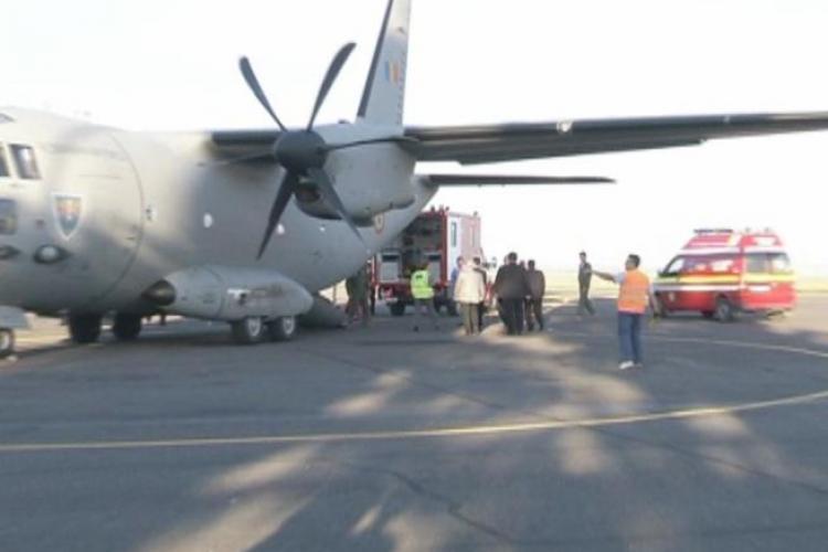 Tânăr cu arsuri grave, transportat de urgenţă la Bucureşti cu un avion militar - VIDEO