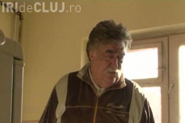Un bătrân din Cluj stă în frig de trei ani, după ce vecinii au debranșat blocul de la termoficare - VIDEO