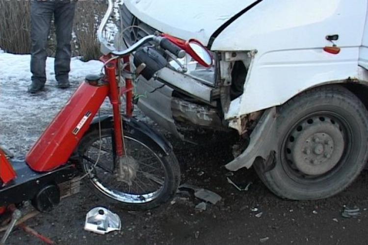 Beat pe scuter. Un bărbat a intrat într-un microbuz la Nireș - FOTO
