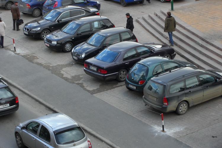 A oprit în parcarea BRD, de pe 21 Decembrie, și i-au desfăcut șuruburile de la o roată! ACUZAȚII - FOTO
