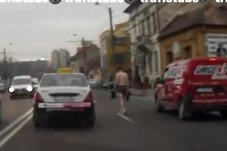 Bărbat în PIELEA GOALĂ, pe Moților. Se plimba printre mașini cu cizmele în mână - VIDEO