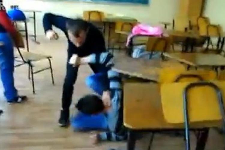 Bătaie ca la luptele din K1 la un liceu - VIDEO