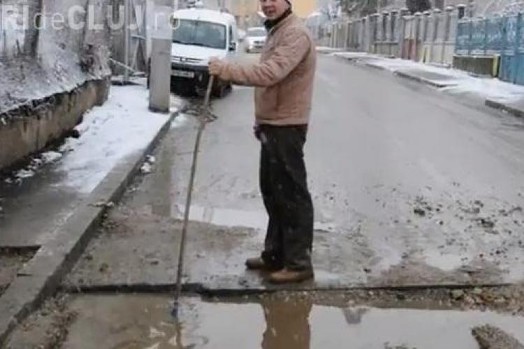 O groapă de pe strada Govora, capcană pentru șoferi. Dorel de la gaz le rupe mașinile clujenilor - VIDEO