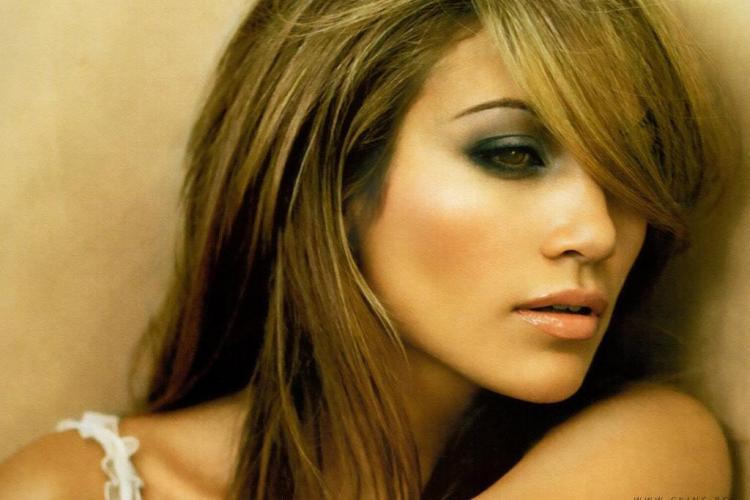 Jennifer Lopez a apărut fără lenjerie intimă pe covorul roşu - FOTO