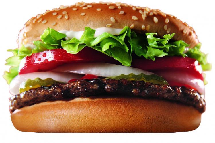 """Ce a găsit într-un hamburger: """"N-am mai putut dormi nopțile"""""""