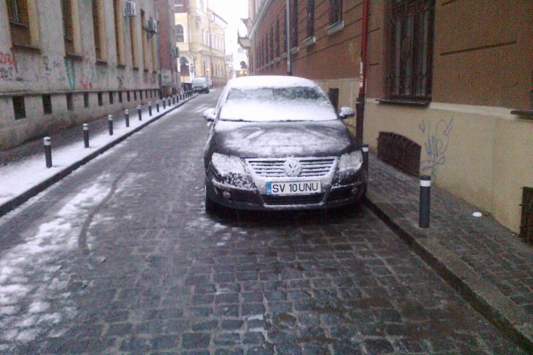 A parcat pe sens unic, în centrul Clujului. Un trecător a luat POZIȚIE. Vezi ce s-a întâmplat mai departe - FOTO