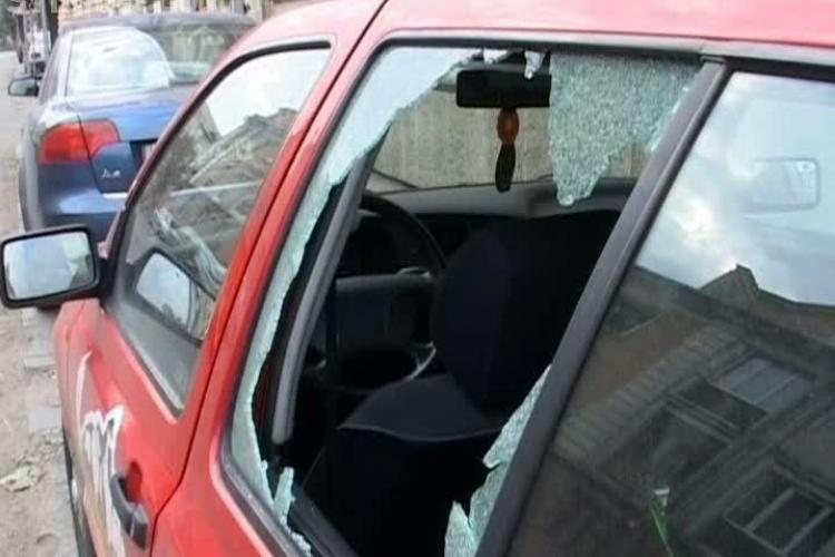 A spart trei mașini în Mărăști. Poliția l-a reținut