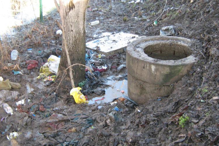 Conducta de canalizare de la Florești, blocată la CORA cu haine, o plapumă și tampoane - FOTO