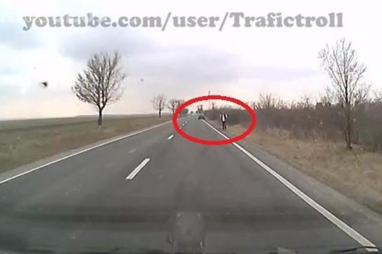 Sătul să se certe cu nevasta, s-a dat jos din mașină și a făcut AUTOSTOPUL - VIDEO
