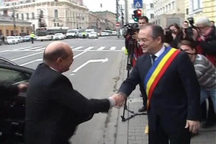 Băsescu a ajuns la Cluj! Boc l-a așteptat în fața Primăriei, traficul fiind oprit - VIDEO