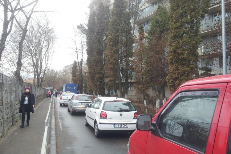 Cum să stai 15 minute BLOCAT pe Aleea Băișoara, până când Dedeman descarcă marfă - FOTO