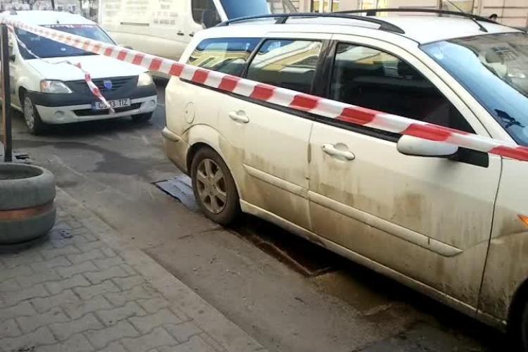 Groapă acoperită cu tablă în centrul Clujului! Mai e puțin și o mașină va cădea în ea - VIDEO