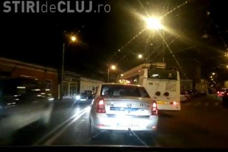 Un taximetrist șicanează în trafic un troleibuz, pe Moților. Până la urmă a blocat intersecția cu strada Clinicilor - VIDEO