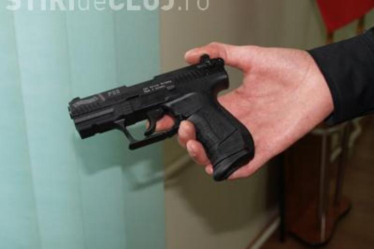 Un clujean care flutura un pistol în fața unui bar, cercetat penal