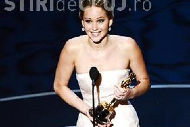 OSCAR 2013: Jennifer Lawrence a căzut când și-a luat premiul Oscar - VIDEO