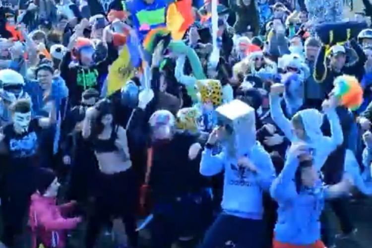 """Harlem Shake pe Cetățuia. Peste 200 de tineri au dansat costumați cât mai """"crazy"""" - VIDEO"""