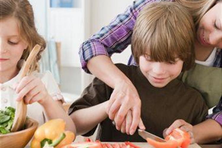 Cum să îți convingi copilul să mănânce legume. Vezi ce sfaturi dau oamenii de știință
