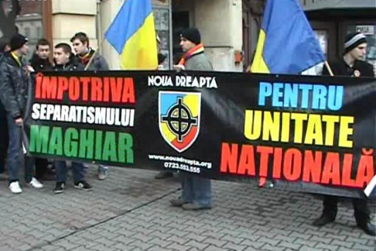 """Protest Noua Dreaptă la Consulatul Maghiar din Cluj împotriva AUTONOMIEI: """"Le facem cadou un pate Ardealul"""" - VIDEO"""
