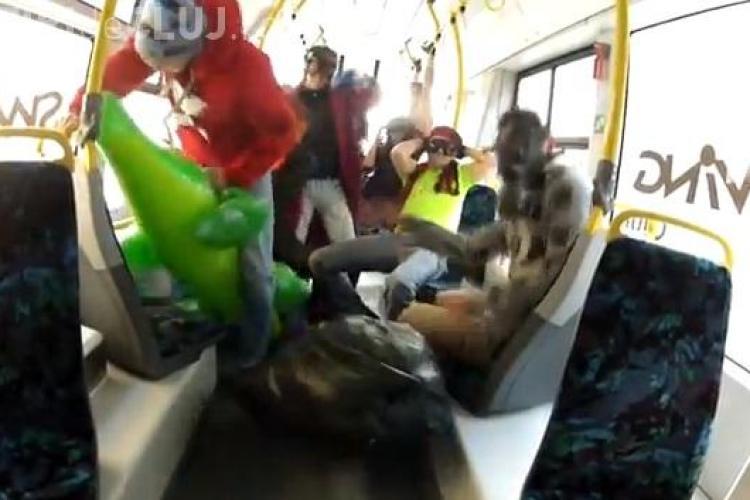 Harlem Shake într-un tramvai din Cluj-Napoca. Călătorii ȘOCAȚI - VIDEO