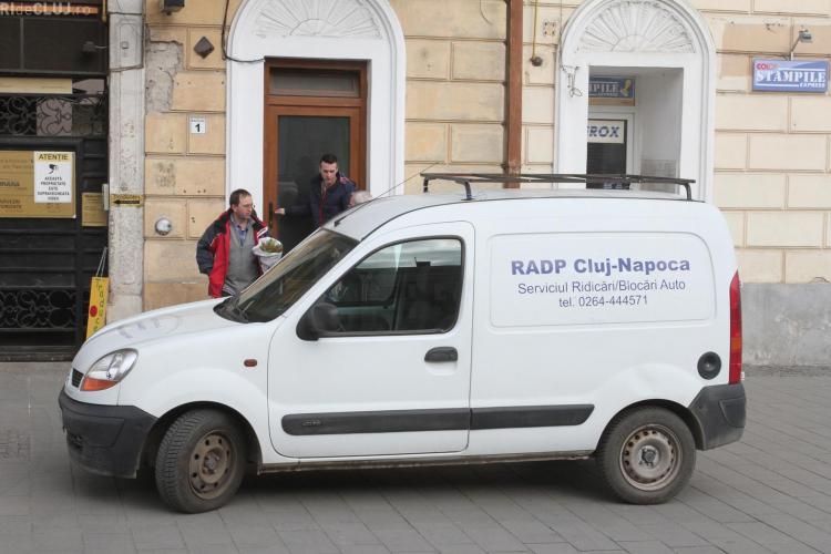 Angajaţii RADP Cluj de la RIDICĂRI parchează pe PIETONALĂ pentru a cumpăra flori - FOTO