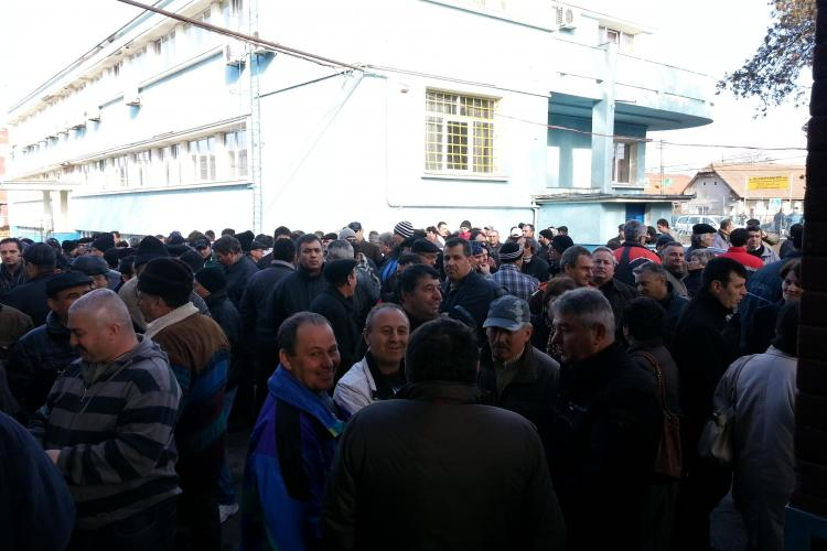 Protest VIOLENT la Câmpia Turzii. Foștii angajați Mechel își cer salariile compensatorii - FOTO