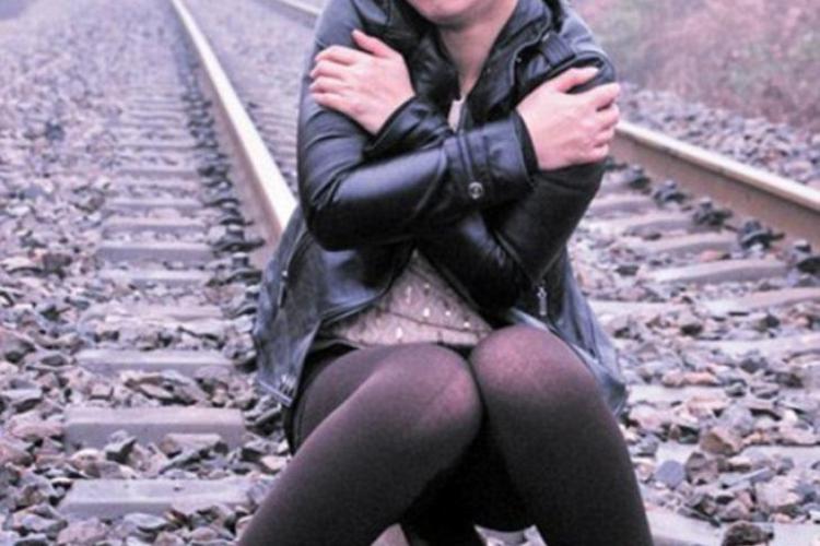 S-a fotografiat pe calea ferată și era să fie lovită de tren - FOTO