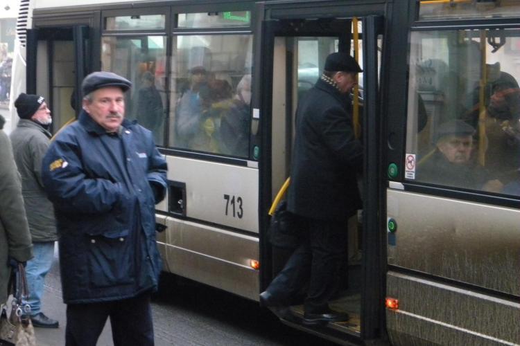 Incident într-un autobuz RATUC! O femeie a fost rănită după ce șoferul a pus o frână bruscă