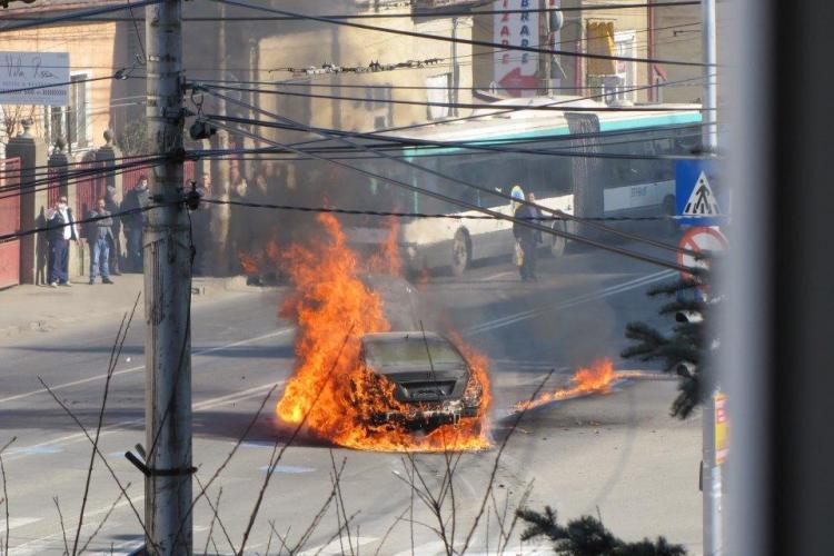 Incendiu de maşină pe Calea Mănăştur, în staţia de autobuz - FOTO