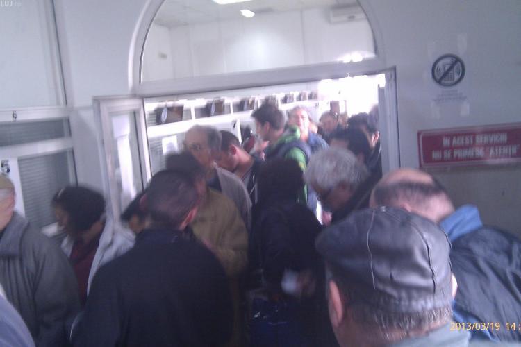 Nebunie cu plata timbrului de mediu la Finanțele Cluj! De ce sunt oamenii ținuți la ghișeu - FOTO