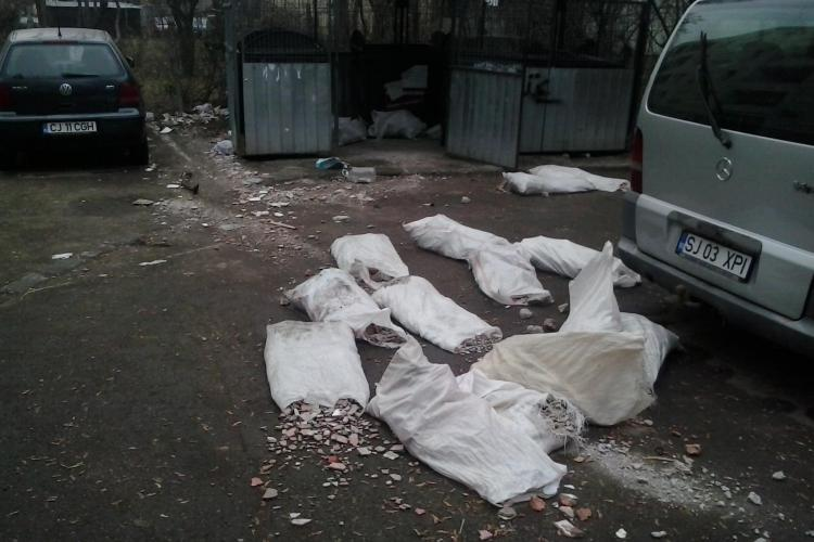 """""""Țăranii"""" care stau la bloc în Grigorescu! Saci cu moloz împrăștiați într-o parcare - FOTO"""