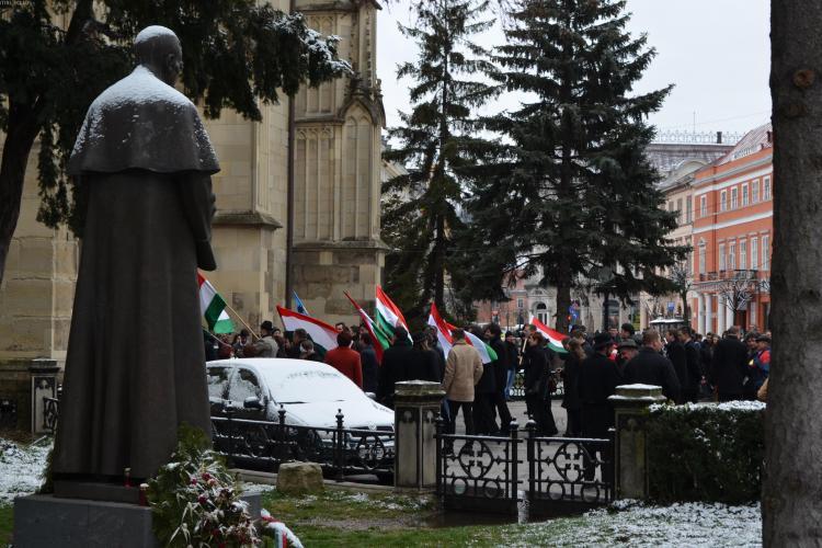 Ungurii din Cluj sărbătoresc Ziua Maghiarilor de Pretutindeni fluturând steagul Ținutului Secuiesc - FOTO