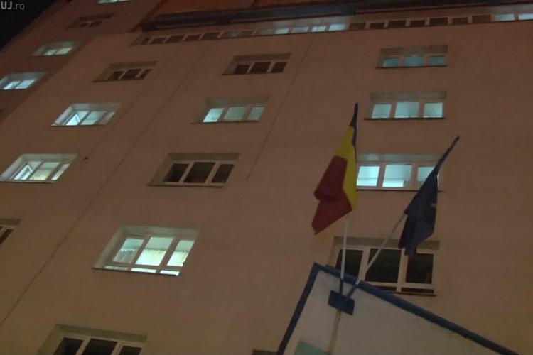 Un alpinist utilitar a căzut de la etajul 6 al căminului Economica din Gheorgheni. UPDATE: Bărbatul a decedat - VIDEO