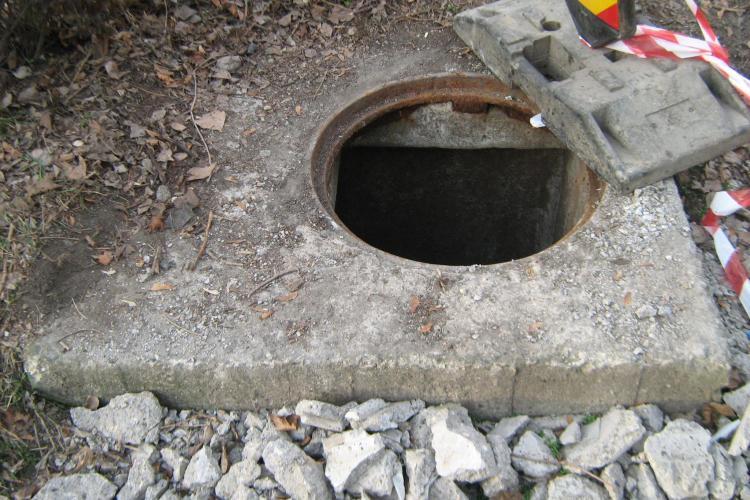 Au spart cu ciocanul plăcile de beton de la canale pentru a fura armătura de beton - FOTO