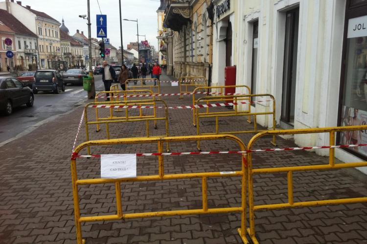 Pericol de accidentare în centrul Clujului. Tiglele se desprind de pe acoperișurile clădirilor vechi
