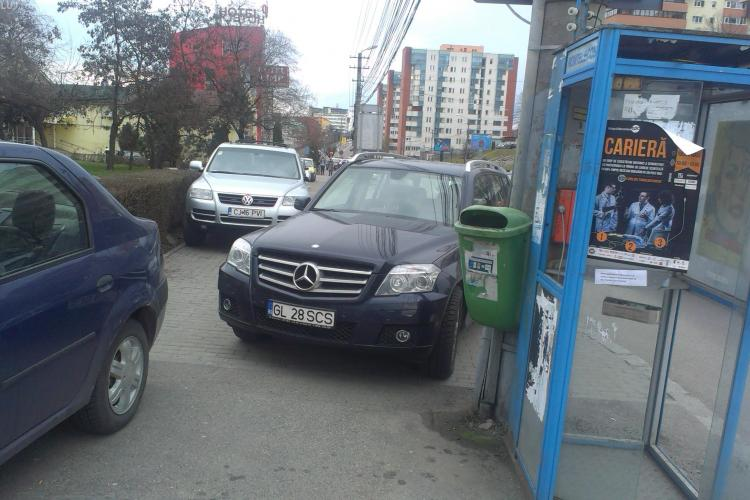 Șmecher de Galați a blocat trotuarul din Zorilor cu Merțanu' - FOTO