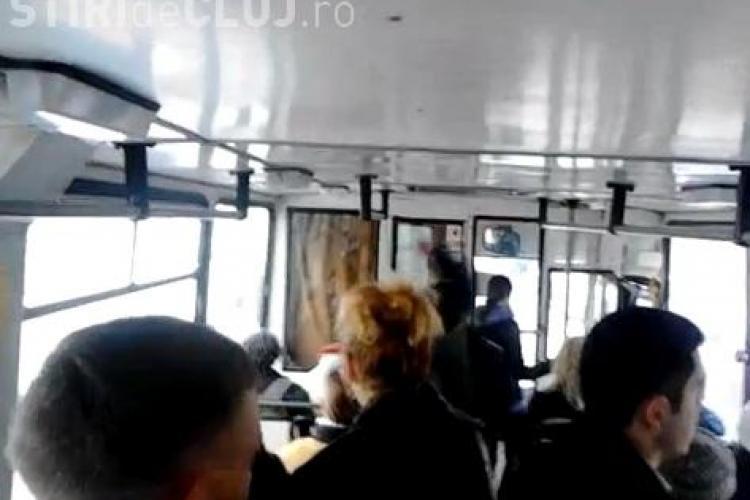 Doi țigani se ceartă și se bat într-un autobuz - VIDEO