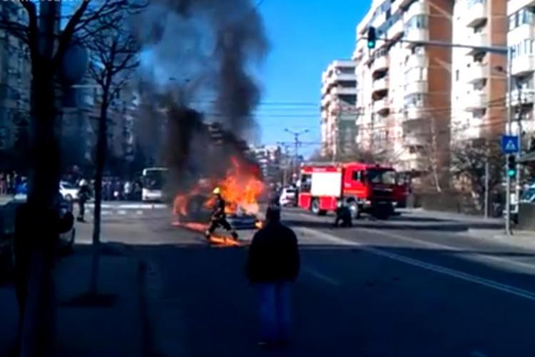 Mercedes în flăcări pe Calea Mănăștur - VIDEO - Imagini AMATOR