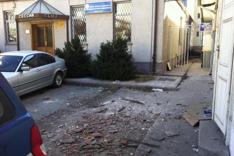 Mașină AVARIATĂ pe Eroilor de un tavan prăbușit. Autoturismul este al unui lider PSD Cluj - FOTO