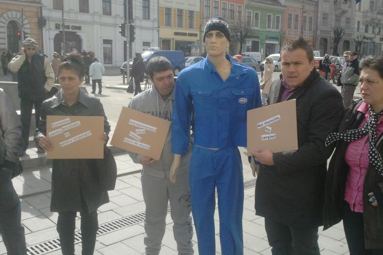 """Romii de la Pata Rât au încercat să """"angajeze"""" un manechin în haine de muncitori la magazinele și băncile din centrul Clujului - VIDEO"""